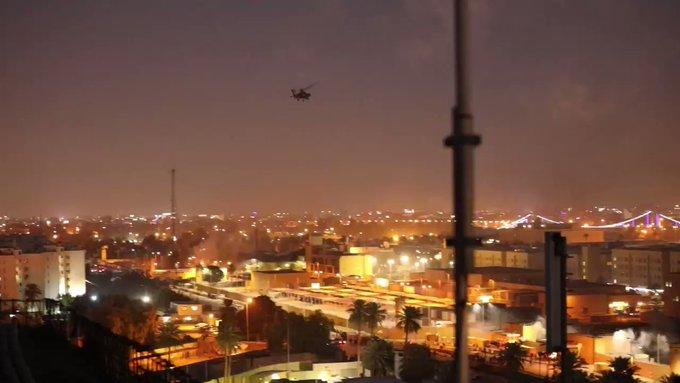 Các video chưa được xác nhận trên phương tiện truyền thông xã hội cho thấy các máy bay Chinook và Apache bay qua Đại sứ quán Mỹ ở Baghdad