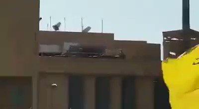 Một video khác cho thấy lính thủy đánh bộ Mỹ chiếm lĩnh các vị trí phòng thủ trên nóc tòa đại sứ.