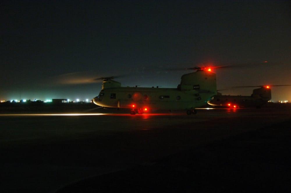 Một chiếc CH-47 Chinook chở lính chiến đấu Mỹ rời khỏi trại Taji (Iraq) - Ảnh: Quân đội Mỹ
