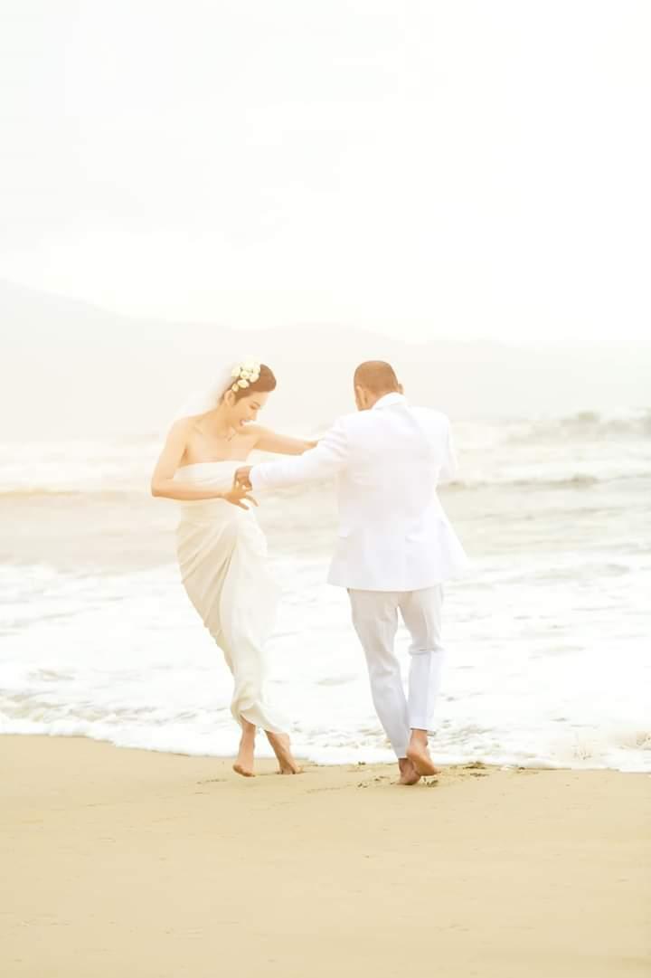 Trong khung cảnh tuyệt đẹp ở bờ biển, cặp đôi dành cho nhau những cử chỉ tình cảm.