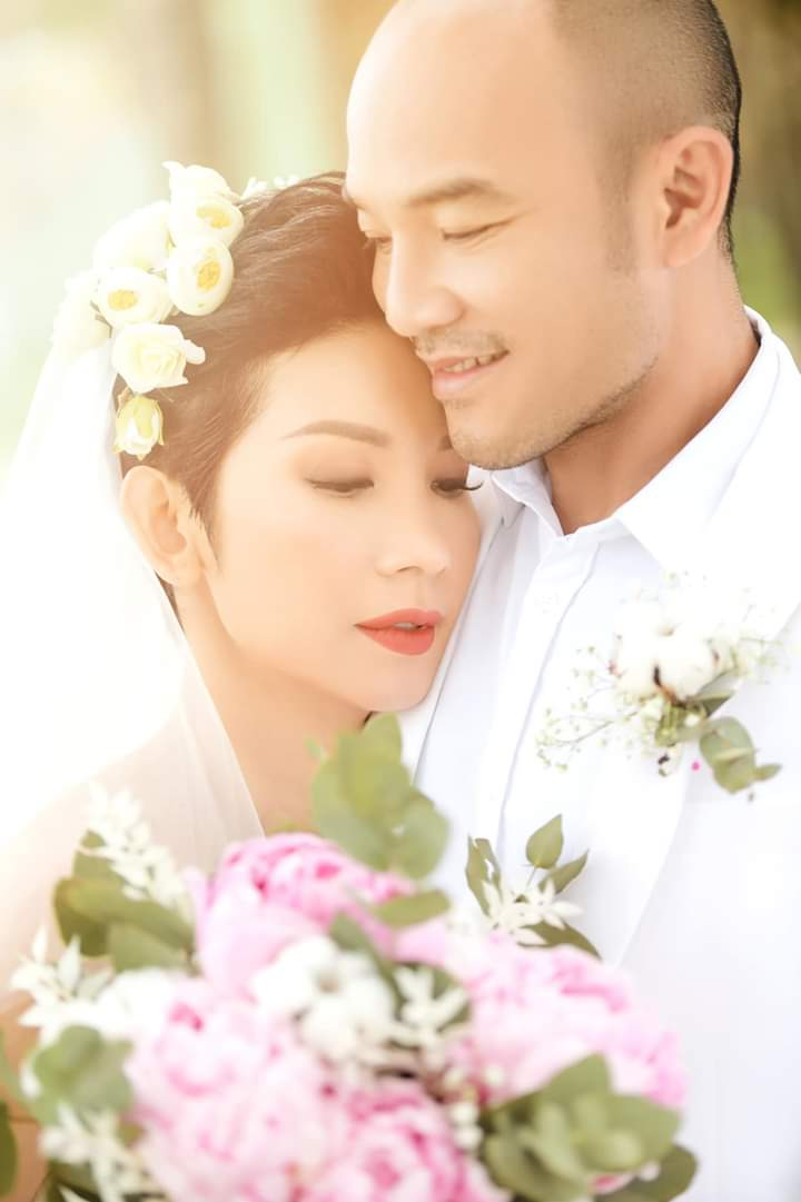 Chiều 1/1, Xuân Lan bất ngờ tổ chức hôn lễ bí mật tại Đà Nẵng với khoảng 50 khách mời tham dự. Cô giữ kín hoàn toàn về thông tin cho đến phút chót nên khiến người hâm mộ không khỏi ngỡ ngàng.