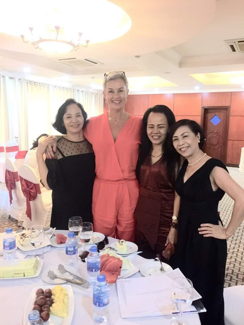 Tiến sĩ Eszter Varga với các nữ doanh nhân Hải Phòng