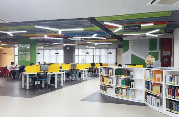 Sinh viên học tập tại thư viện hiện đại của TDTU