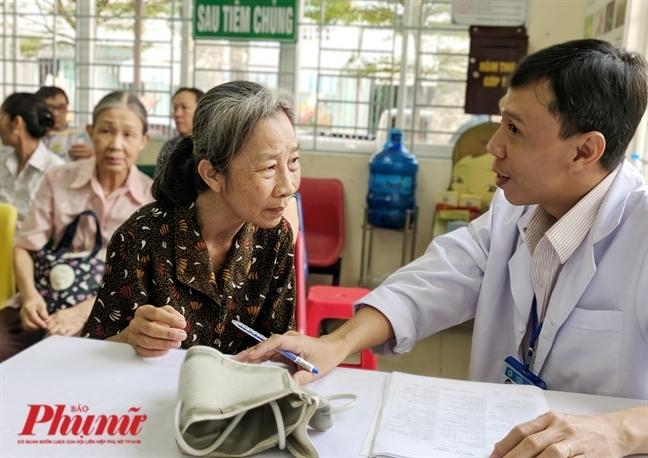 Người bệnh đang khám ở một trạm y tế