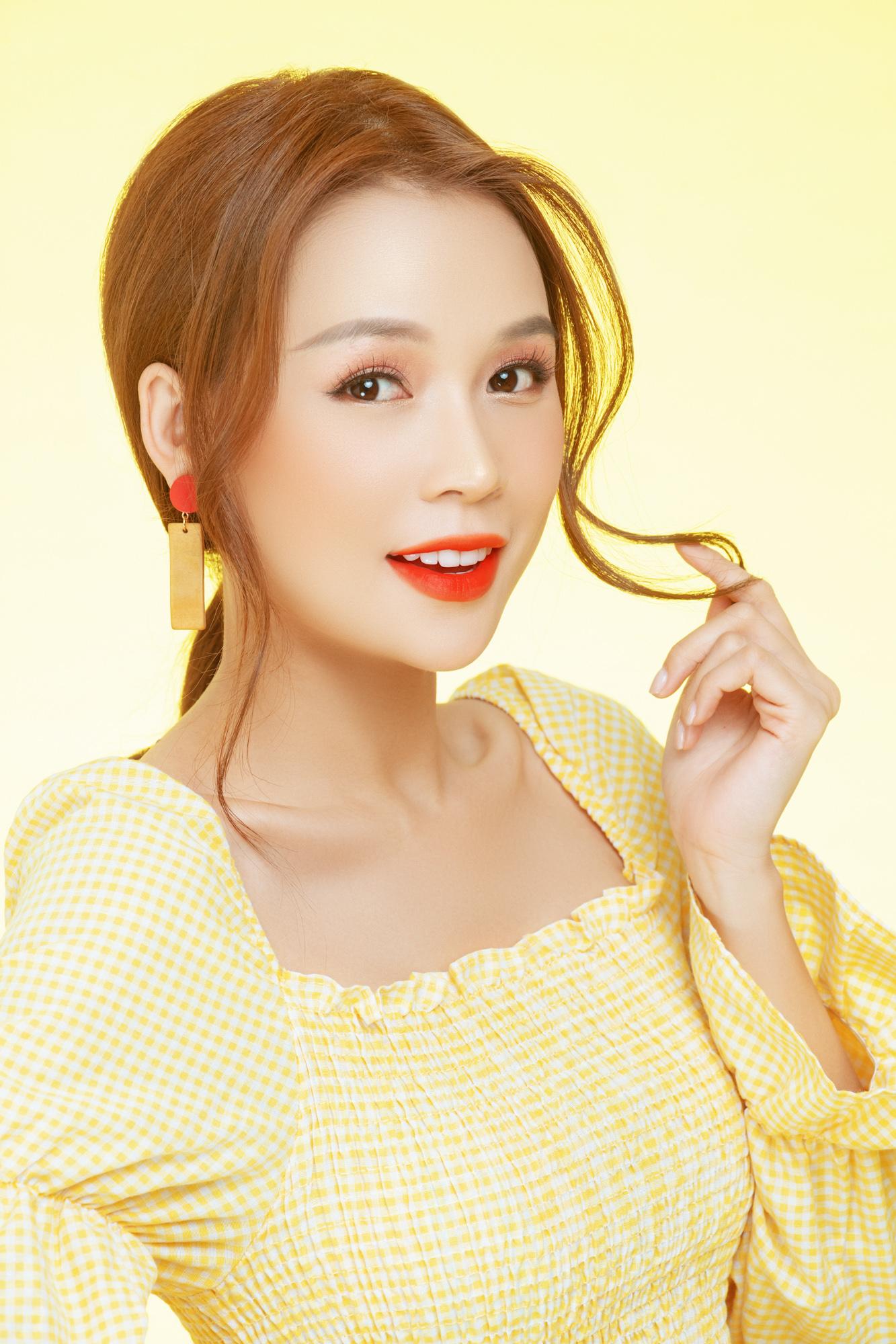 Với tông son đỏ cam tươi tắn, nổi bật kết hợp với style makeup tự nhiên, nhẹ nhàng giúp cô nàng ăn gian tuổi tác. Sự pha trộn giữa sắc đỏ và cam phù hợp với nhiều loại da và đang là màu sắc được các bạn nữ lựa chọn cho không khí ngày xuân sắp đến.