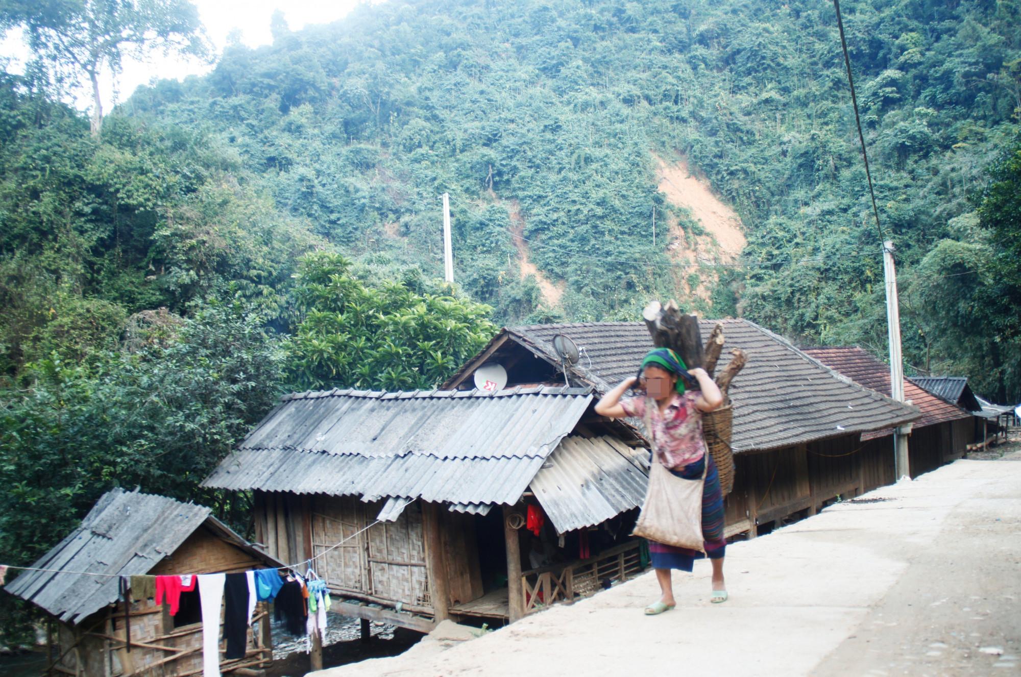 Cuộc sống khó khăn, đông con... là những lý do mà nhiều bà mẹ ở vùng cao Nghệ An đưa ra khi quyết định vượt biên bán con