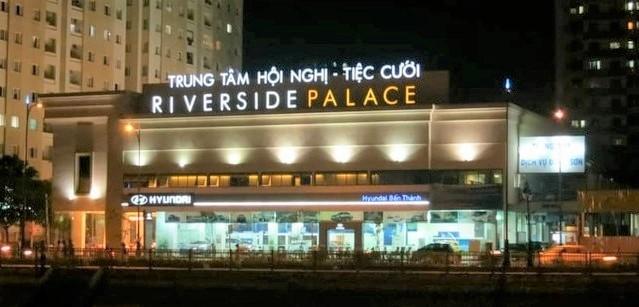 Trung tâm Hội nghị tiệc cưới Riverside Palce xây trái phép (nhìn từ phía đại lộ Võ Văn Kiệt, Q.1)