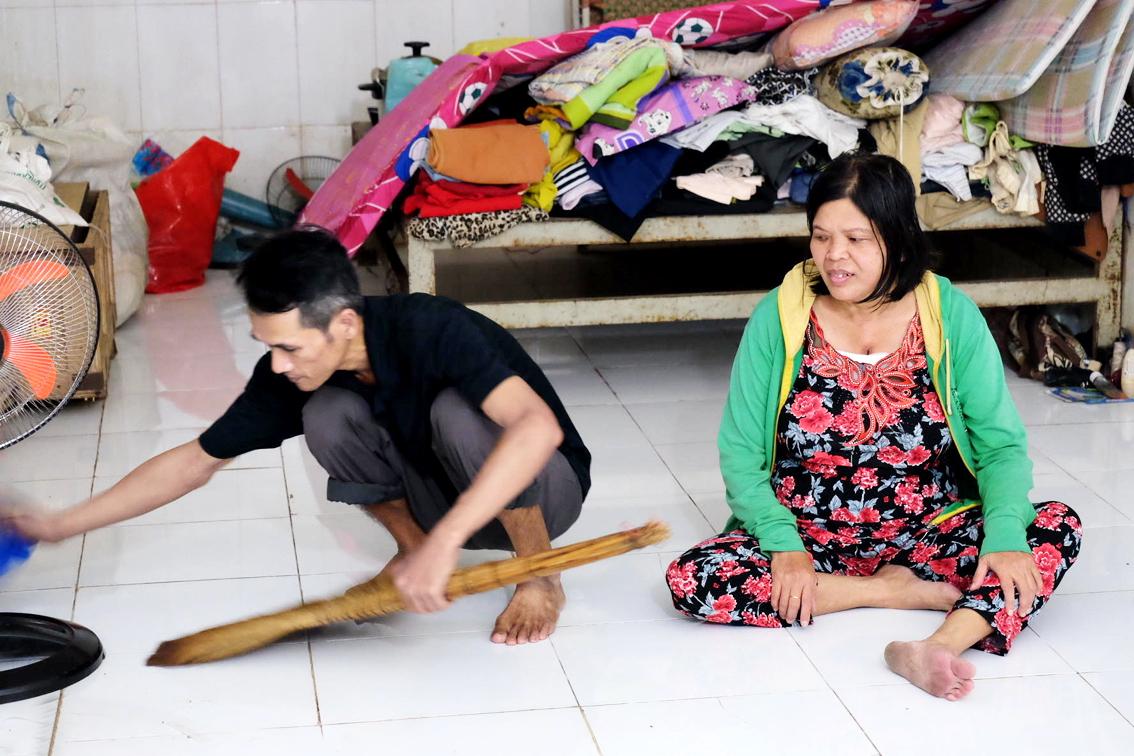 Anh Trang mò mẫm di chuyển để quét dọn căn nhà 22 ngày không có người ở