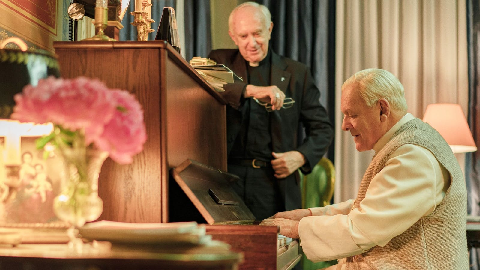 Một hình ảnh đời thường và cảm động trong phim Hai Đức Giáo hoàng. Cảnh từ phim.