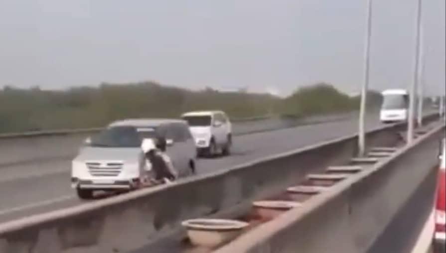 Hình ảnh xe máy chạy ngược chiều trên đường cao tốc HLD sáng 30/12/2019 vừa qua