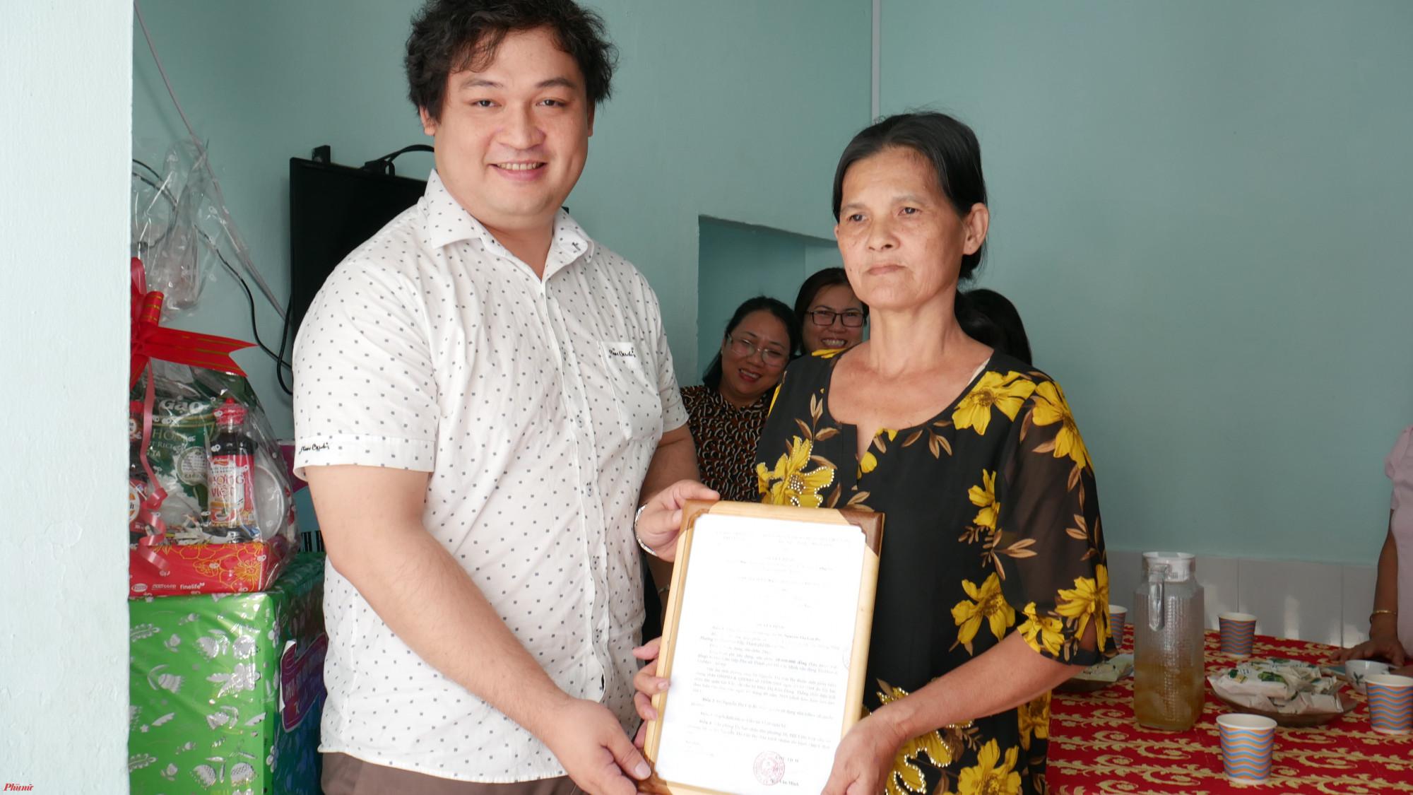Ông Phan Tấn Đạt - PHó Chủ tịch UBND Phường 16, quận Gò Vấp trao quyết định bàn giao Mái ấm tình thương cho gia đình chị Gái Ba.