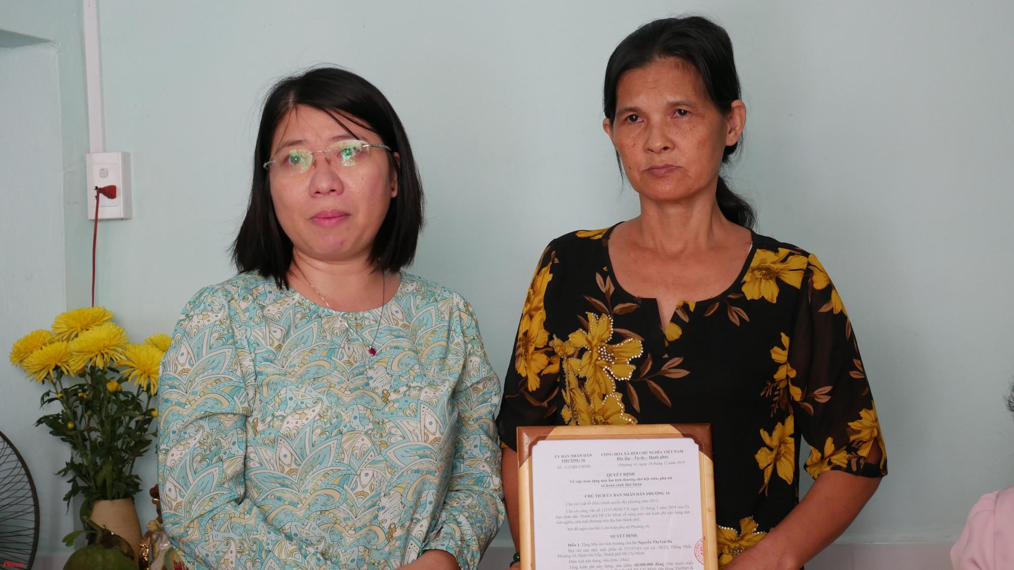 Bà Trần Thị Huyền Thanh - Phó Chủ tịch Hội LHPN TP.HCM động viên chị Gái Ba và gia đình tiếp tục vững tin, vươn lên trong cuộc sống.