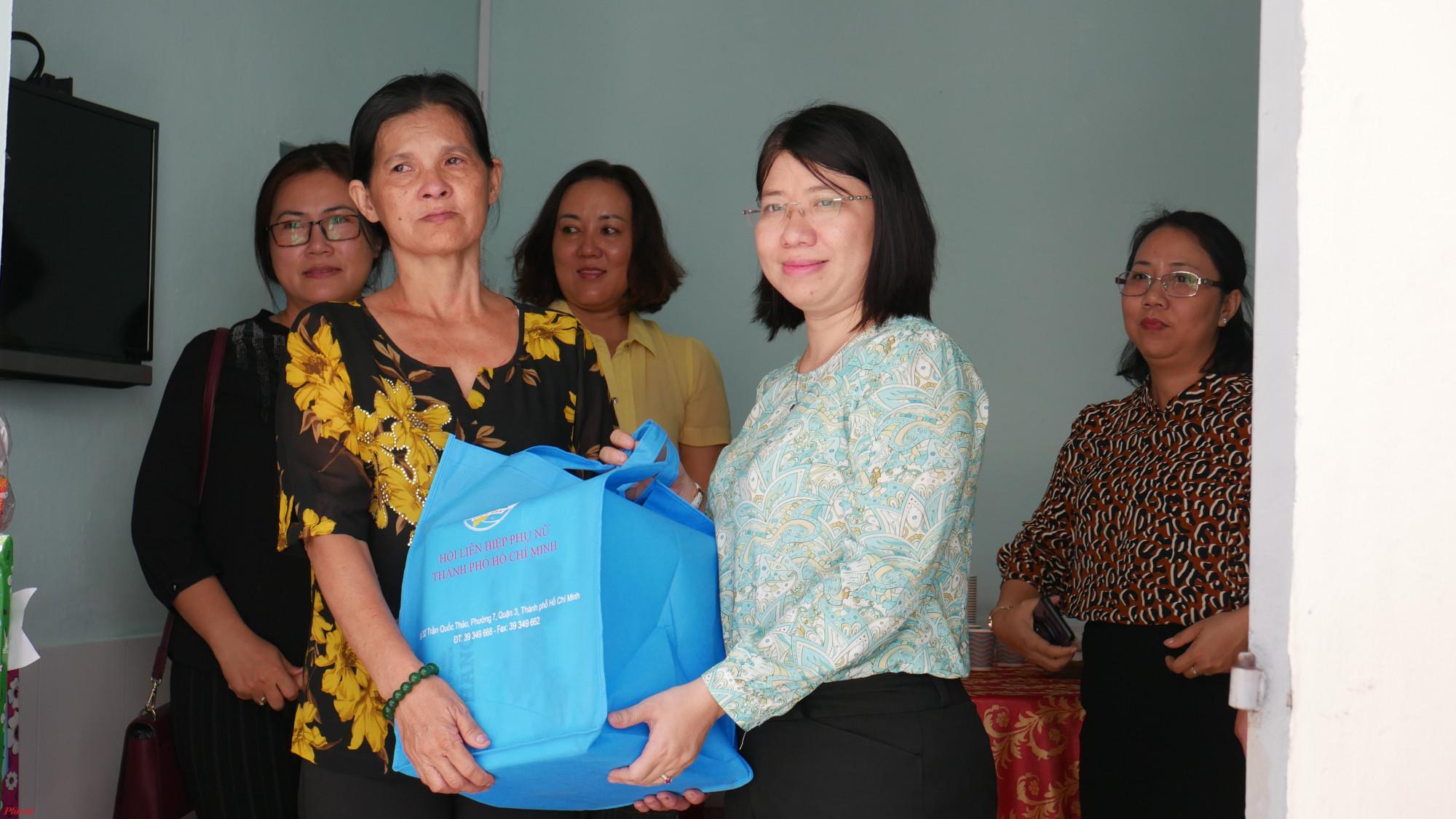 Hội LHPN TP.HCM tặng quà chúc mừng chị Gái Ba có căn nhà mới.