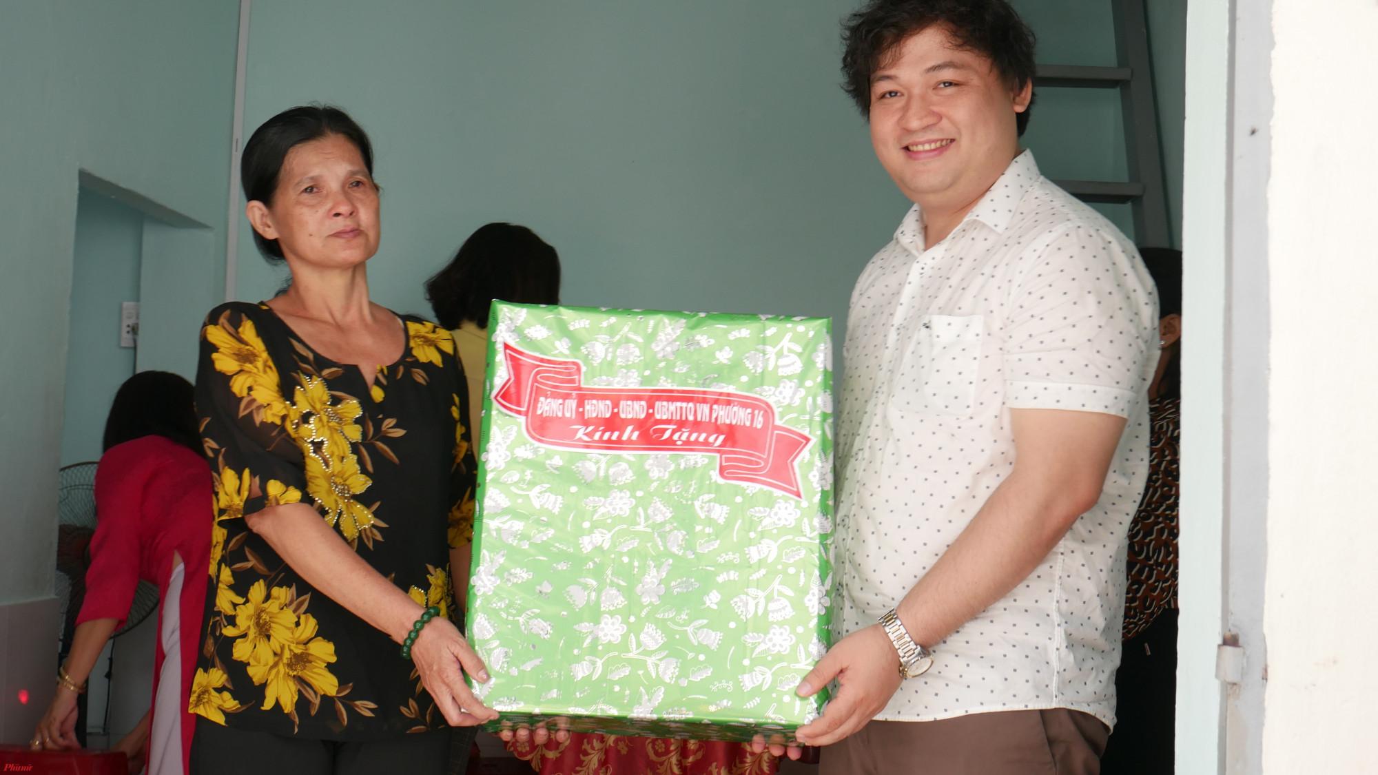 Chính quyền địa phương tặng nhiều phần quà đến gia đình chị Gái Ba.