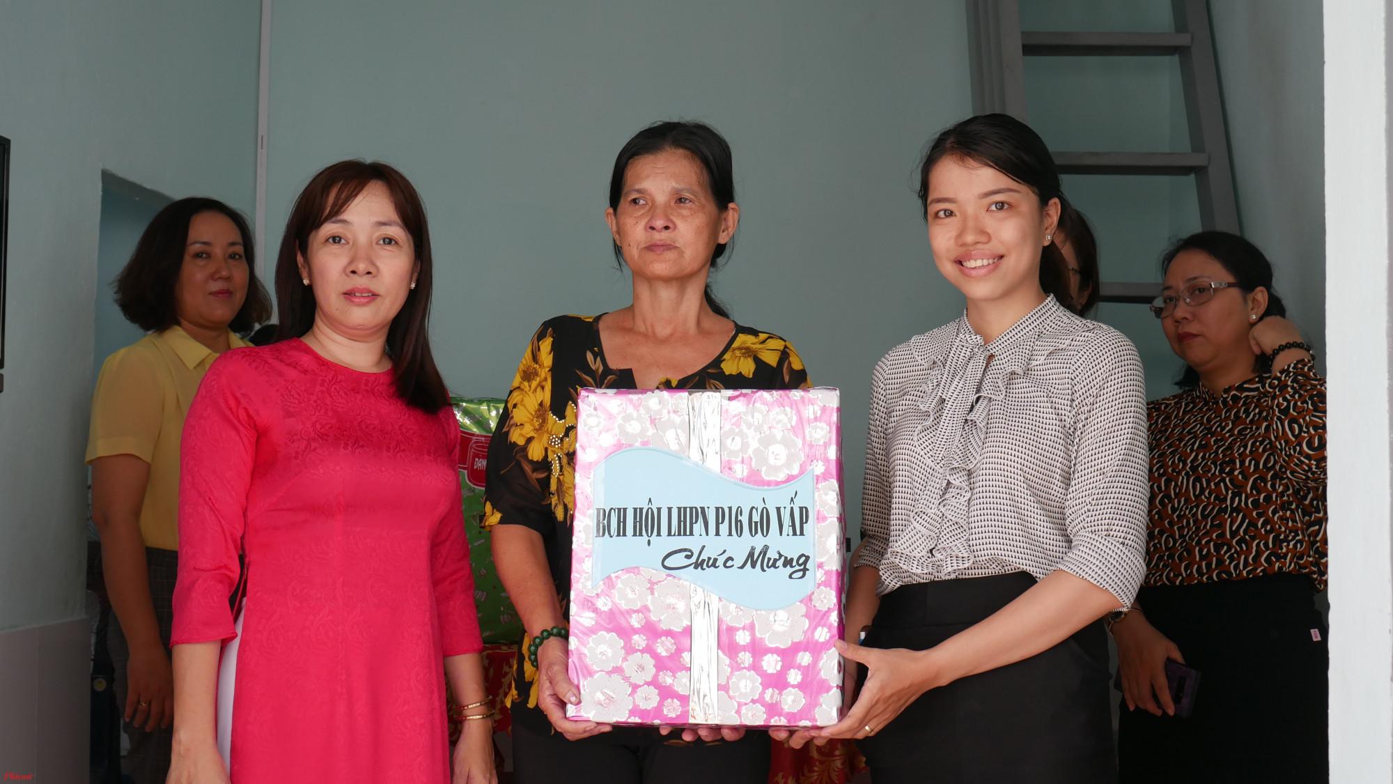 Hội LHPN phường 16, quận Gò vấp tặng quà, chúc mừng chị Gái Ba được xây tặng căn nhà mới.
