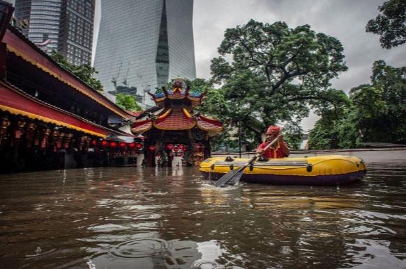 Một ngôi đình cổ ở thủ đô Jakarta chìm trong nước hôm 1/1 - Ảnh: Reuters.