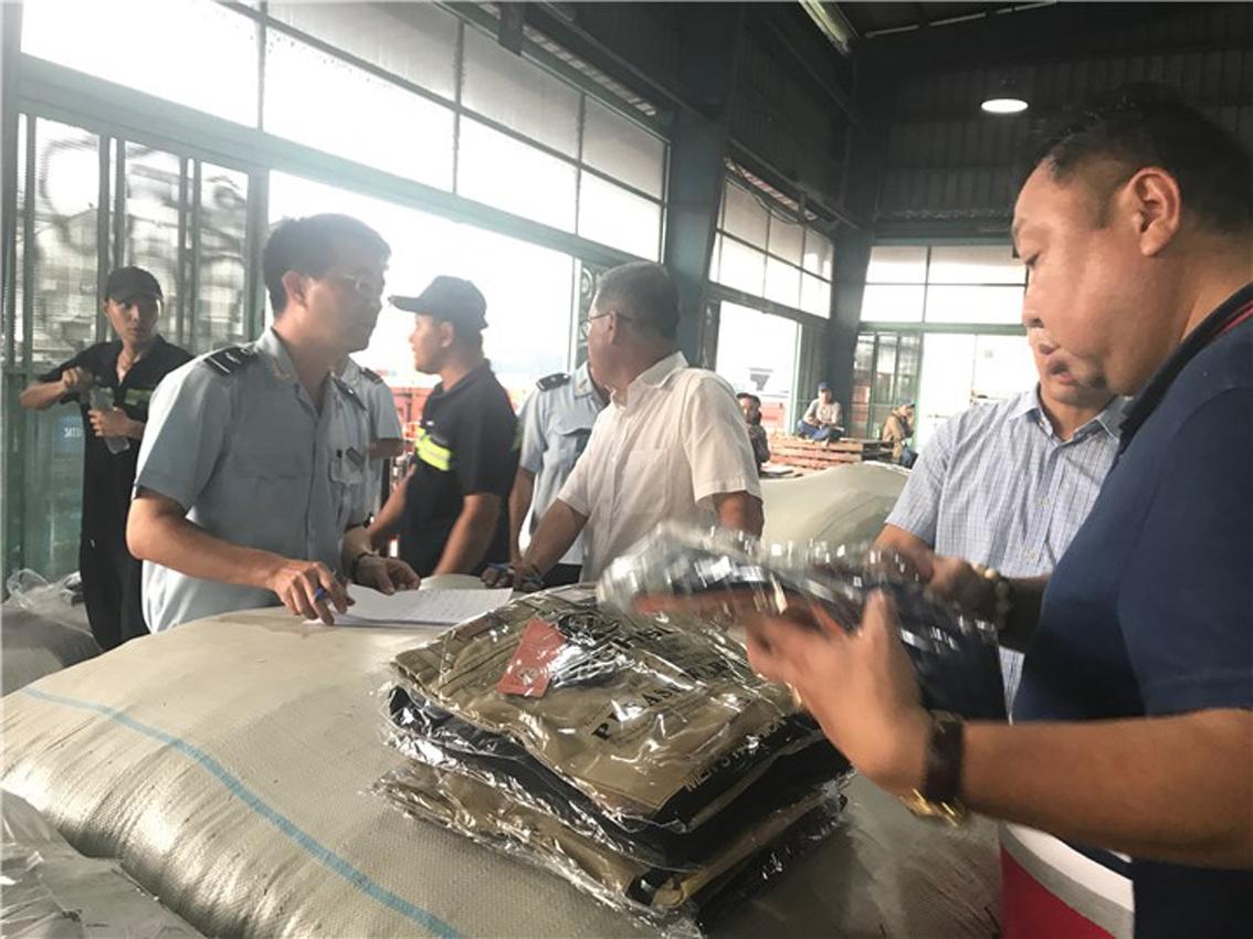 Cán bộ, chiến sĩ Chi cục Hải quan cửa khẩu cảng Sài Gòn khu vực 1 đang kiểm tra lô hàng của Công ty TNHH Thịnh Hòa