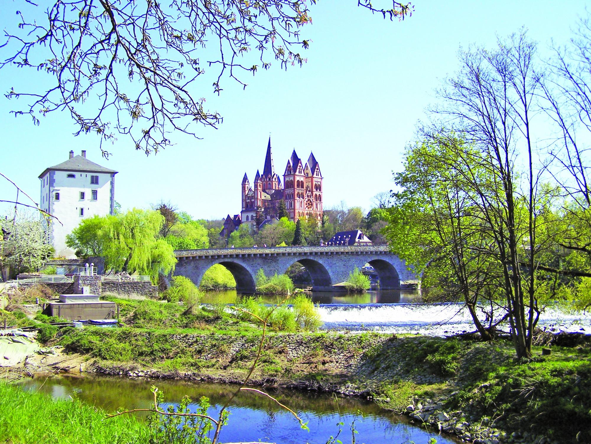 Limburg là thành phố du lịch mà vệ tinh của nó là các thành phố khác xinh xắn, tuyệt đẹp