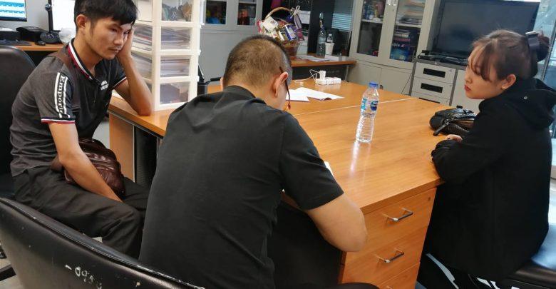 Cảnh sát xuất nhập cảnh Thái Lan làm việc với Dang Thi Thuy. Ảnh: INN