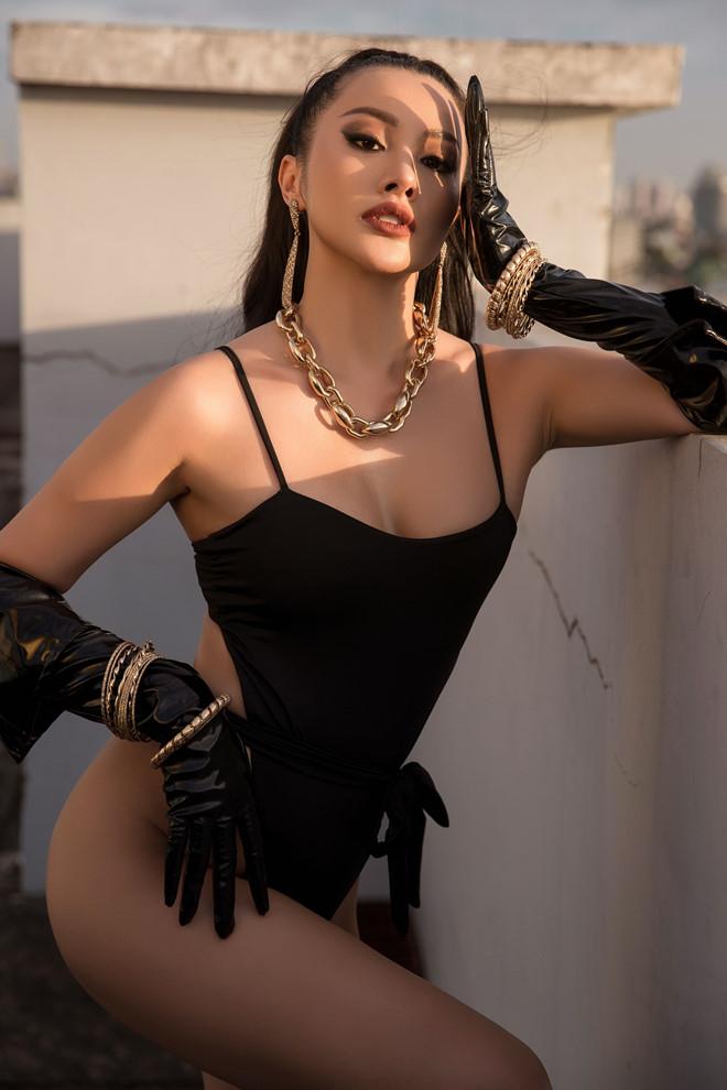 Người đẹp diện bikini đen một mảng phối cùng ngọc trai tôn lên vòng eo thon gọn đáng ngưỡng mộ. Đây là bộ ảnh bikini mới nhất chào đón năm mới 2020 của Yaya Trương Nhi.