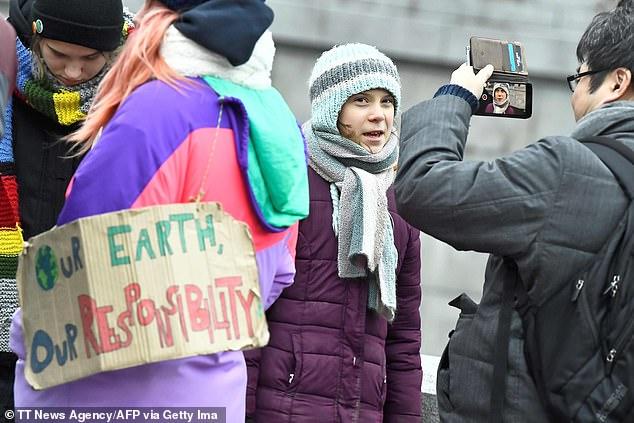 Thay vì buổi tiệc mừng sinh nhật, Greta Thunberg chọn đứng cùng những nhà hoạt động môi trường khác trước Quốc hội Thụy Điển.