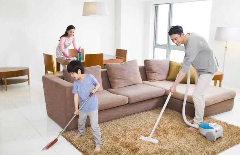 ôi cứ nghĩ, cho con dọn nhà để chia sẻ vất vả với ba mẹ, cả nhà làm việc cùng nhau sẽ gắn kết, vui vẻ hơn.