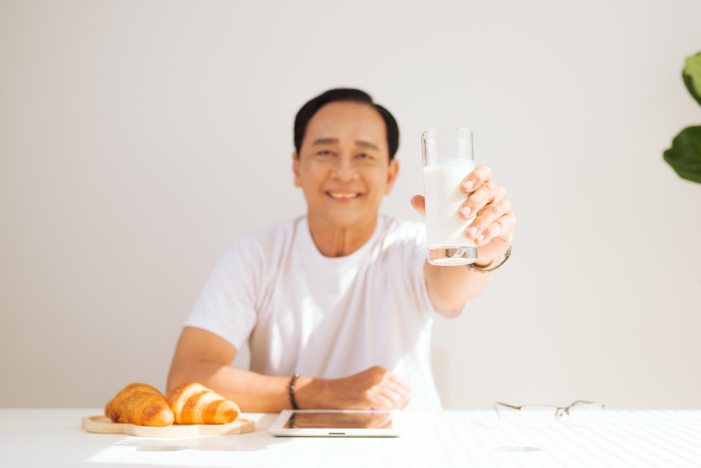 Người bệnh tiểu đường nên nhớ bổ sung 2 ly sữa dành cho người tiểu đường mỗi ngày, để giúp ổn định đường huyết và bảo vệ tim mạch tốt hơn. Ảnh:…………………