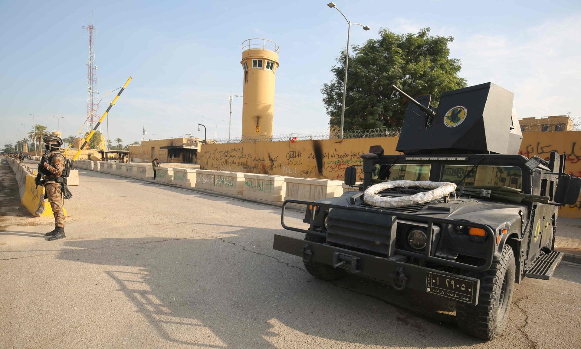Lực lượng chống khủng bố của Iraq canh gác trước Đại sứ quán Mỹ ở Baghdad. Ảnh: AFP