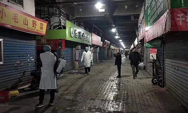 Chợ hải sản Huanan (Trung Quốc) - nơi có tới 27 người bán hàng bị nhiễm viêm phổi do virus. Ảnh: SCMP.