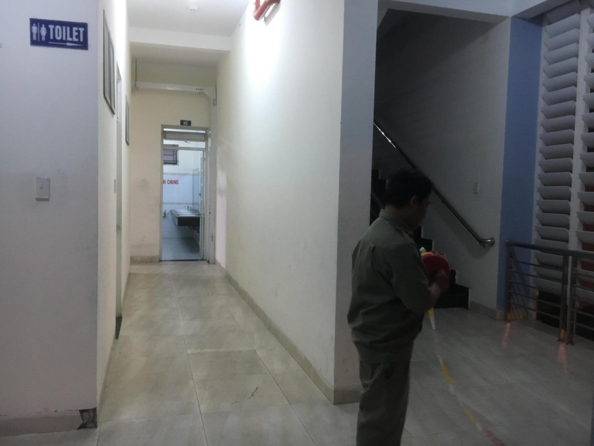 Nhà vệ sinh nơi đối tượng thực hiện hành vi của mình