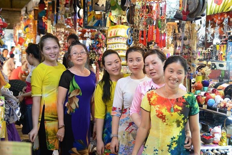 Tiểu thương chợ Bến Thành hưởng ứng Lễ hội Áo dài