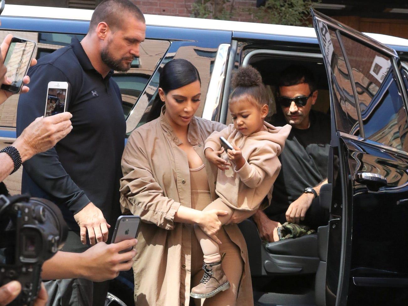 Kim Kardashian và con gái North West cùng với cựu vệ sĩ của Kardashian, Pascal Duvier, một cựu quân nhân trong quân đội Đức - Ảnh: Bauer-Griffin/GC Images