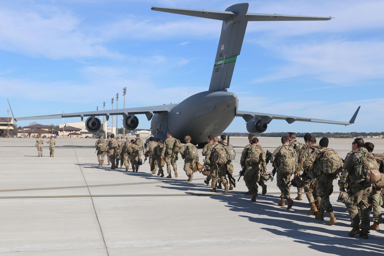 Lính nhảy dù thuộc sư đoàn cơ động đường không 82 triển khai từ sân bay Pope Army ở Bắc Carolina (Mỹ) - Ảnh: AFP/Getty Images