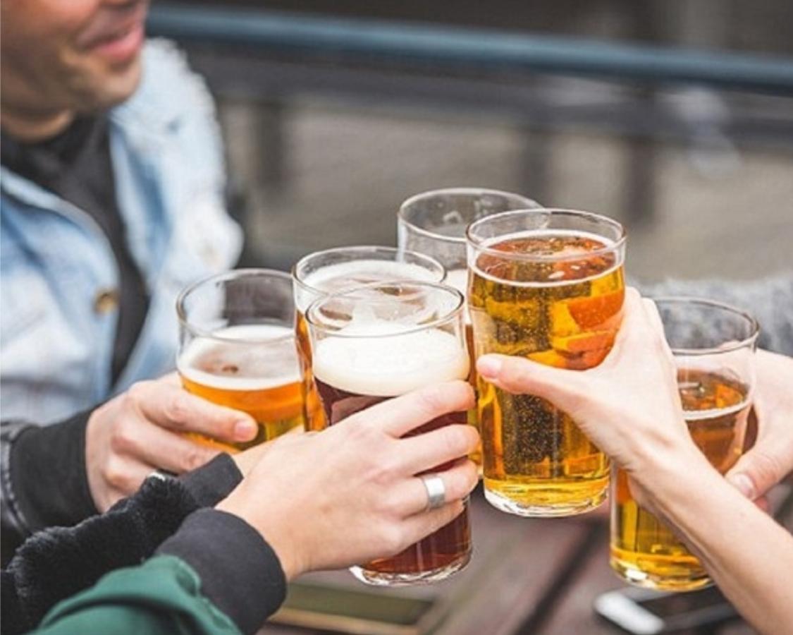 Bia rượu đã khiến mấy ông hàng xóm thân thiện bất ngờ. Ảnh minh họa