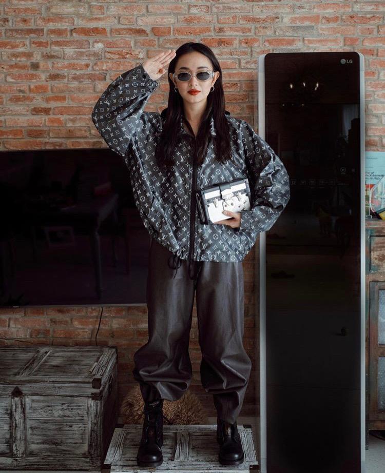Châu Bùi chào năm mới 2020 bằng set đồ hàng hiệu Louis Vuitton gồm áo khoác cá tính, túi xách hình hộp kết hợp với quần da, combat boots, mắt kính để tăng vẻ bụi bặm.