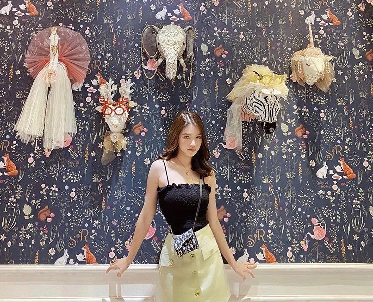 Hoa hậu Jolie Nguyễn chọn túi mini nhỏ xinh Dior xuống phố năm mới cùng set đồ áo 2 dây bèo nhún gợi cảm mix chân váy cài cúc nhã nhặn, xinh đẹp.