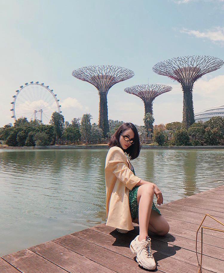 Yến Trang chọn đầm suông họa tiết kết hợp blazer đơn sắc để cân bằng tổng thể trang phục và đi giày sneaker hàng hiệu khẳng định phong cách thời thượng.