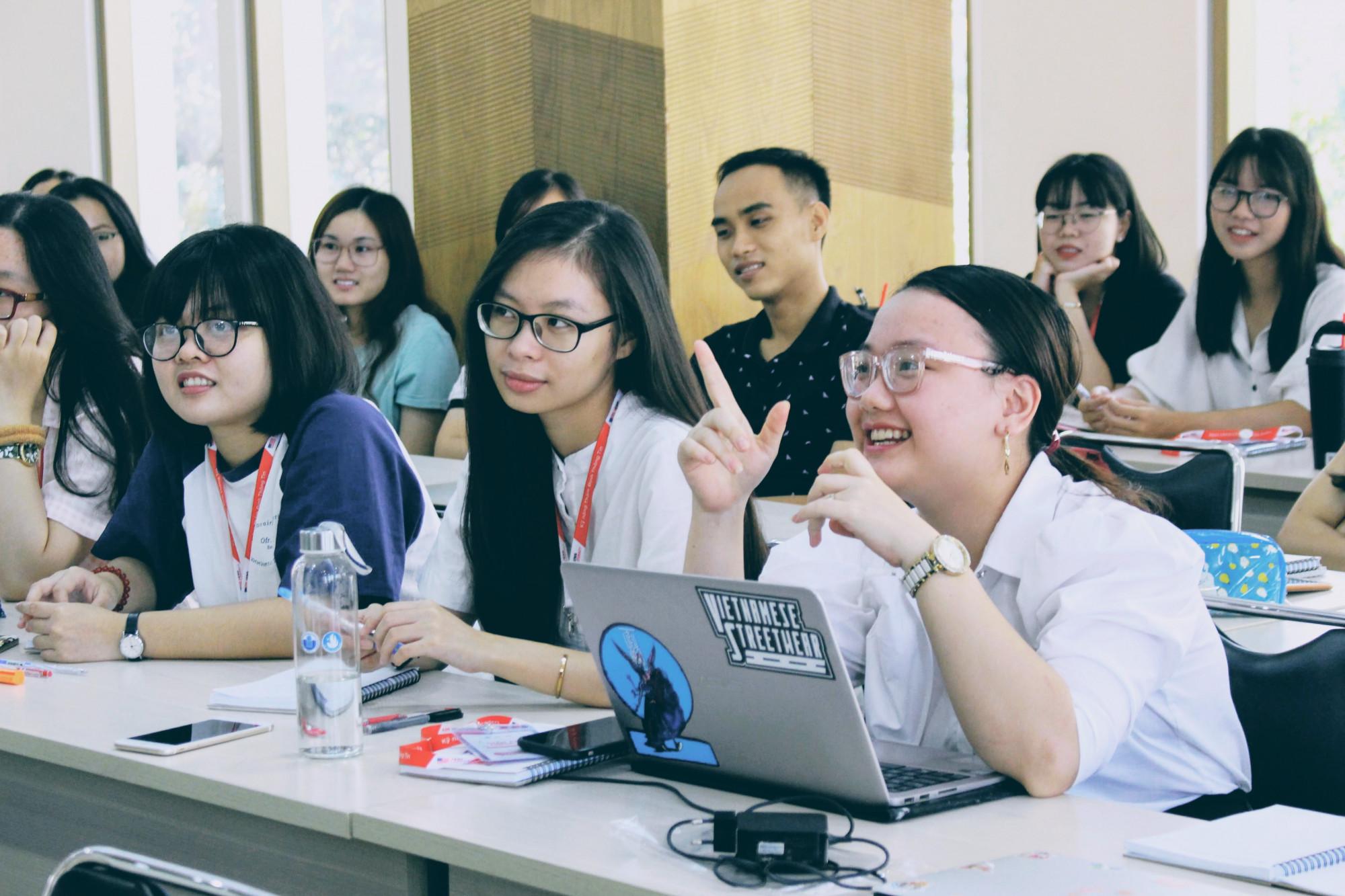Sinh viên trường ĐH Quốc tế trong giờ thực hành kỹ năng