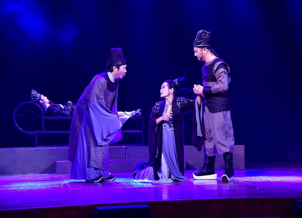 Vở kịch đưa khán giả trở về thời khắc lịch sử điển hình cho sự suy thoái và phân hóa xã hội