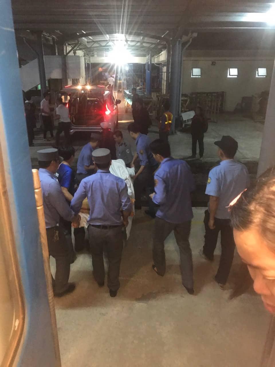 Các nhân viên tàu SE6 hỗ trợ đưa chị Hồng đến Bệnh viện Sản - Nhi Quảng Ngài để được tiếp tục chăm sóc