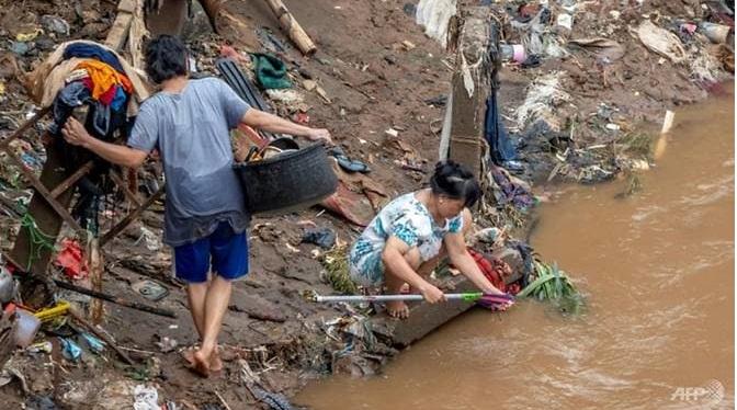 Người dan tại một số khu trú ẩn phải dùng nước bẩn để sinh hoạt.