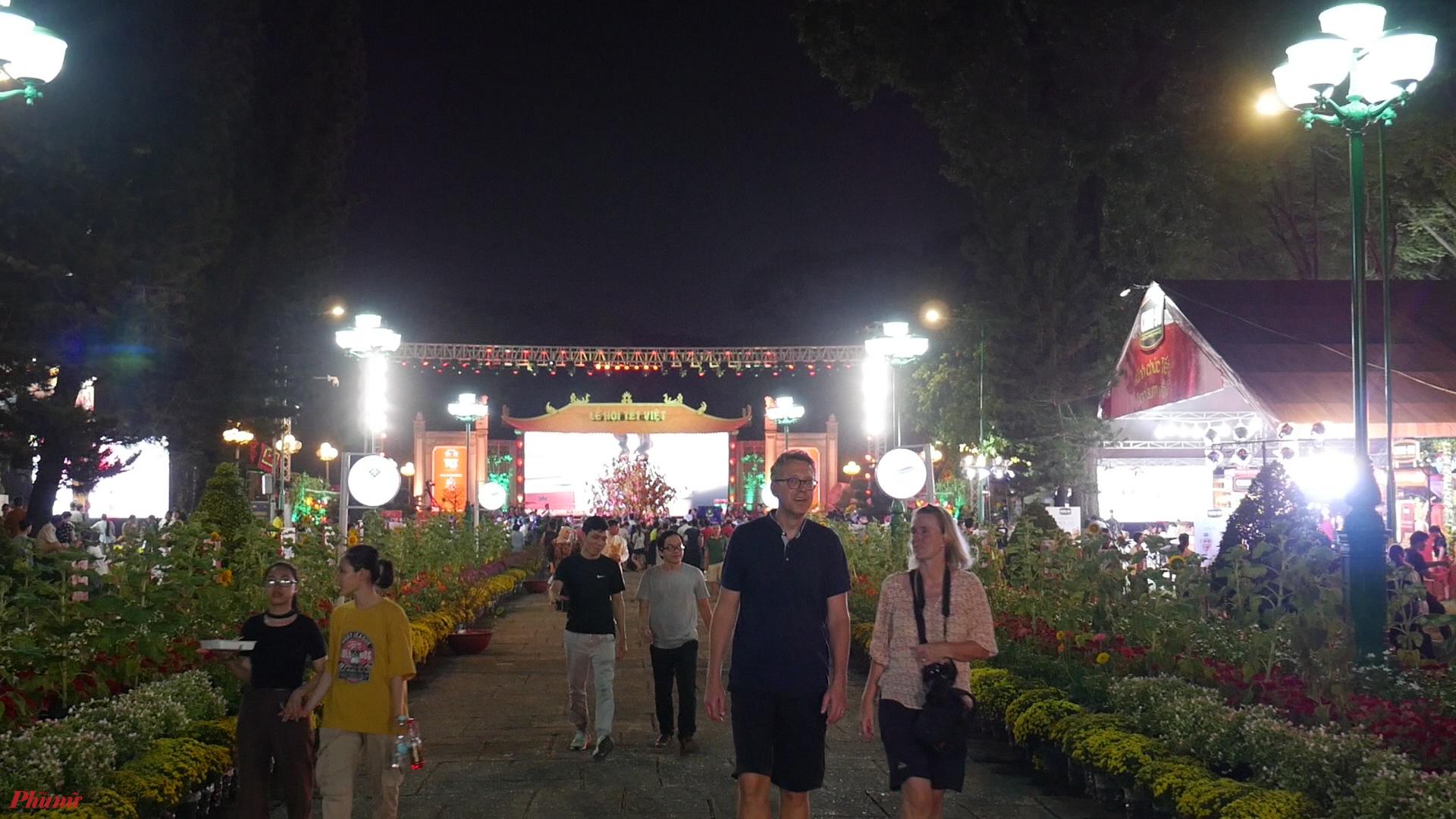 Rất đông người dân và du khách đến tham gia lễ hội, tìm hiểu Tết cổ truyền của Việt Nam.