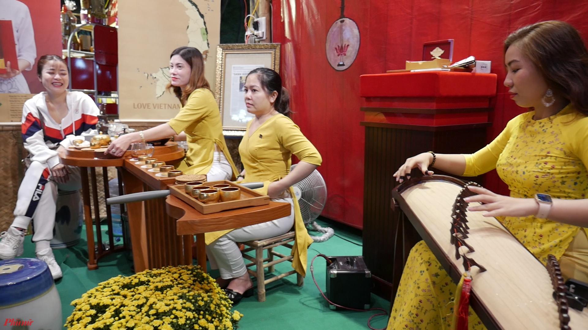 Nhiều hoạt động vui chơi, giới thiệu ý nghĩa ngày tết được đang diễn ra tại ngày hội.