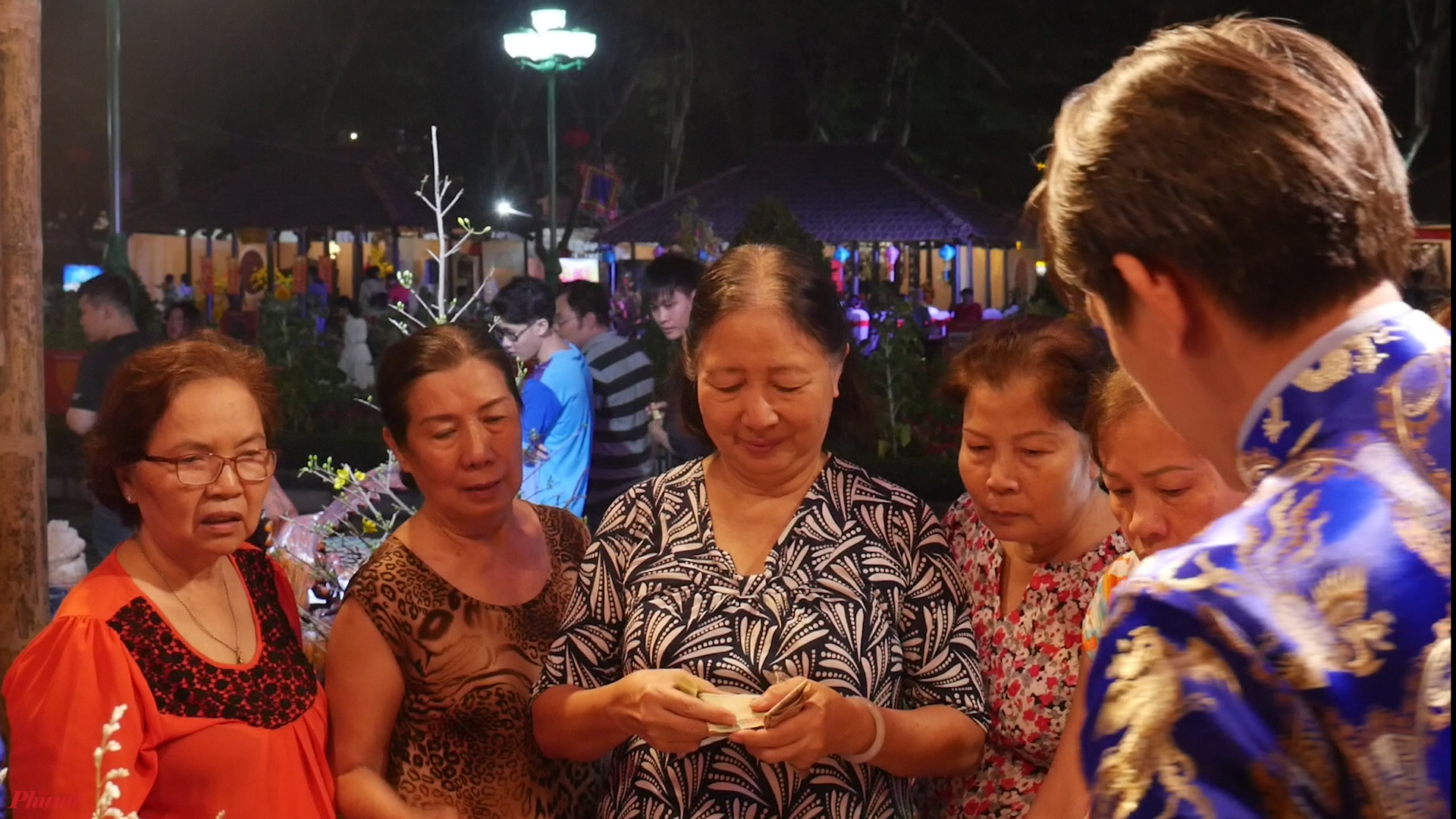 Người dân tham quan và mua sắm tại lễ hội tết 2020.
