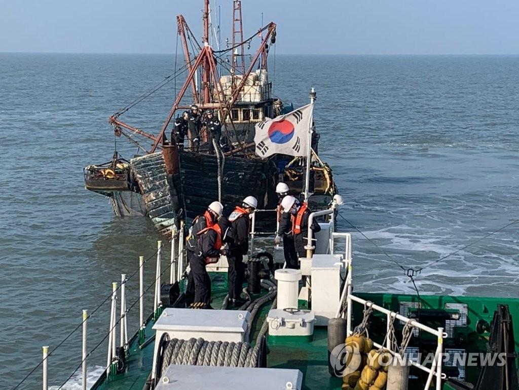 Cảnh sát biển Hàn Quốc điều tra một tàu đánh cá Trung Quốc xâm phạm vùng biển Hàn Quốc ở Hoàng Hải vào ngày 4/1/2020 - Ảnh: Yonhap