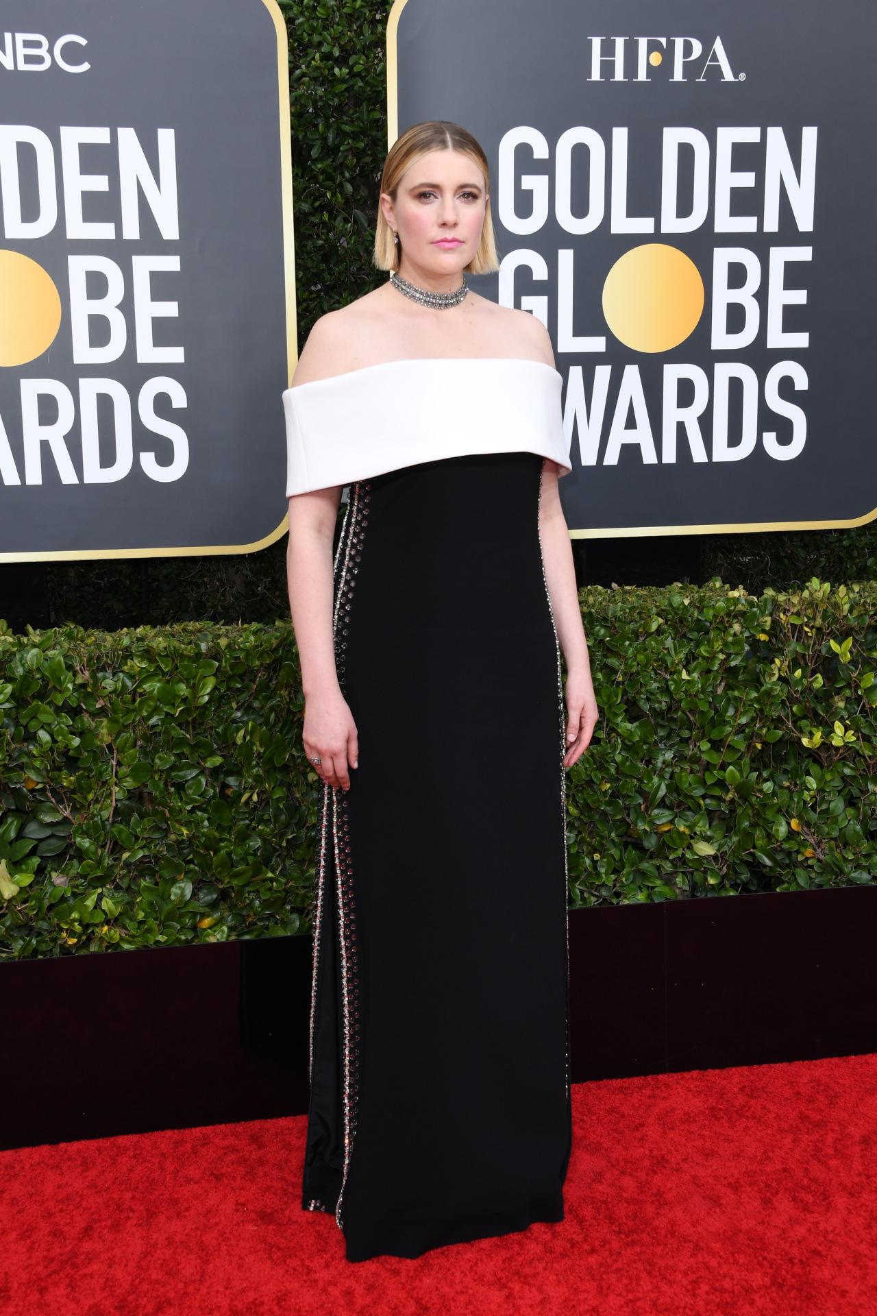 Greta Gerwig trong chiếc đầm khoe vai trần dạng suông