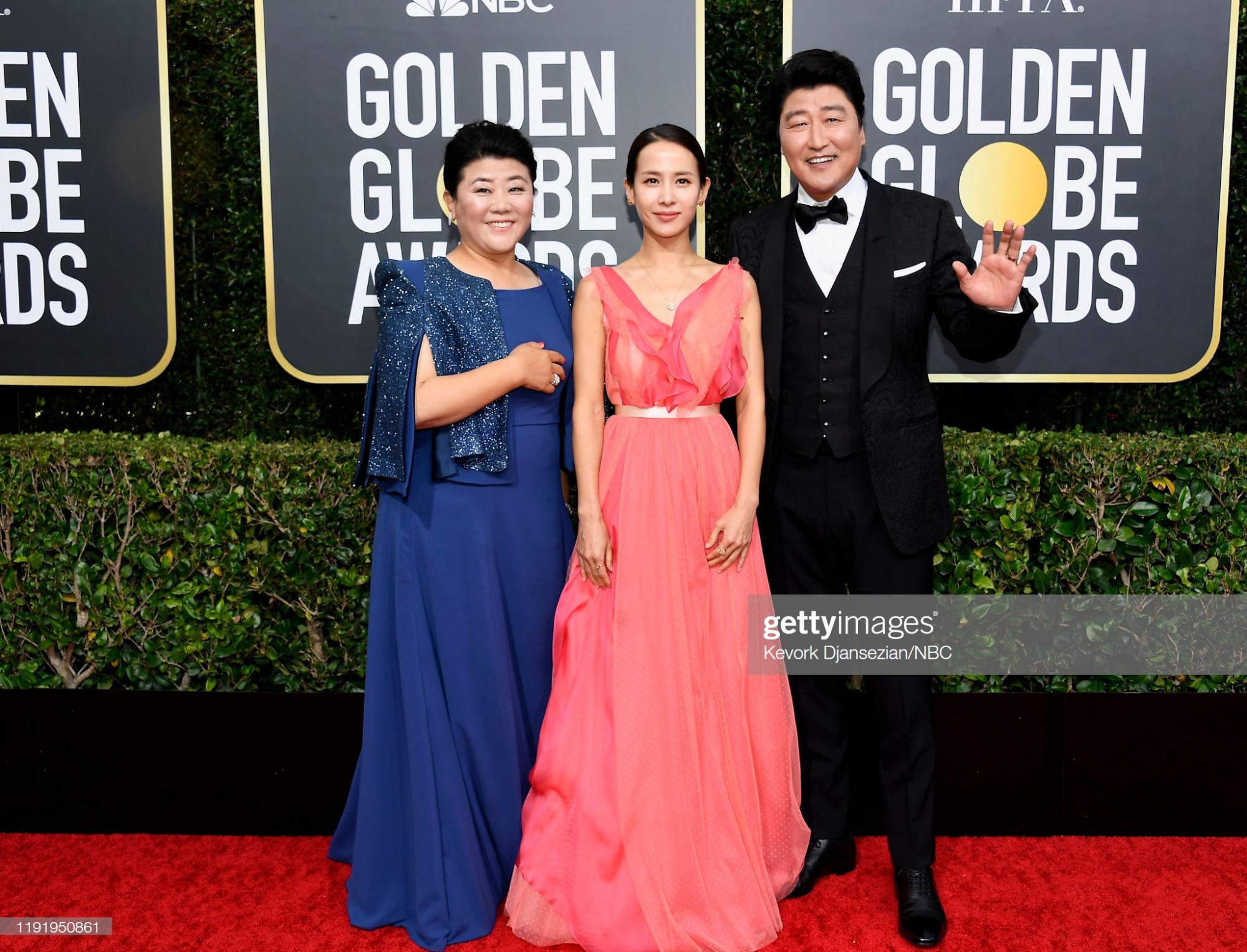 Đoàn làm phim Ký sinh trùng Lee Jung Eun, Yeo Jeong Jo và Kang Ho Song trên thảm đỏ. Khác với vẻ sexy thường thấy, Yeo Jeong Jo lựa chọn bộ cánh hồng nhẹ nhàng cùng tông trang điểm nhã nhặn nhận được nhiều lời khen.Tại Quả cầu vàng 2020, Ký sinh trùng đang là ứng viên số 1 cho hạng mục Phim nước ngoài hay nhất.