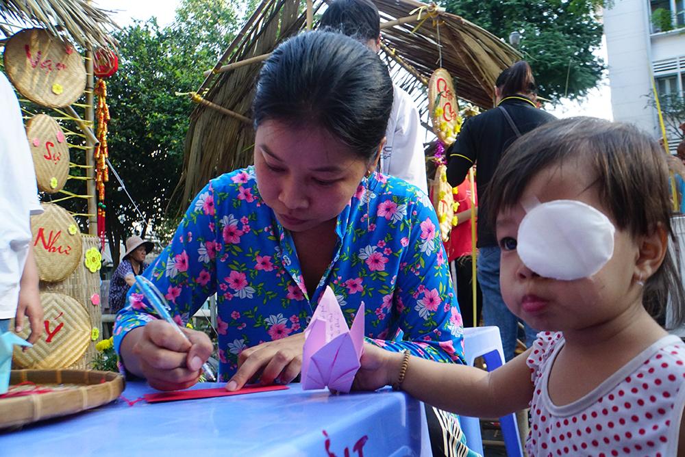 Bé Vy 3 tuổi điều trị tại bệnh viện được gần 1 năm được mẹ cho xuống sân bệnh viện vui chơi cùng các bạn.