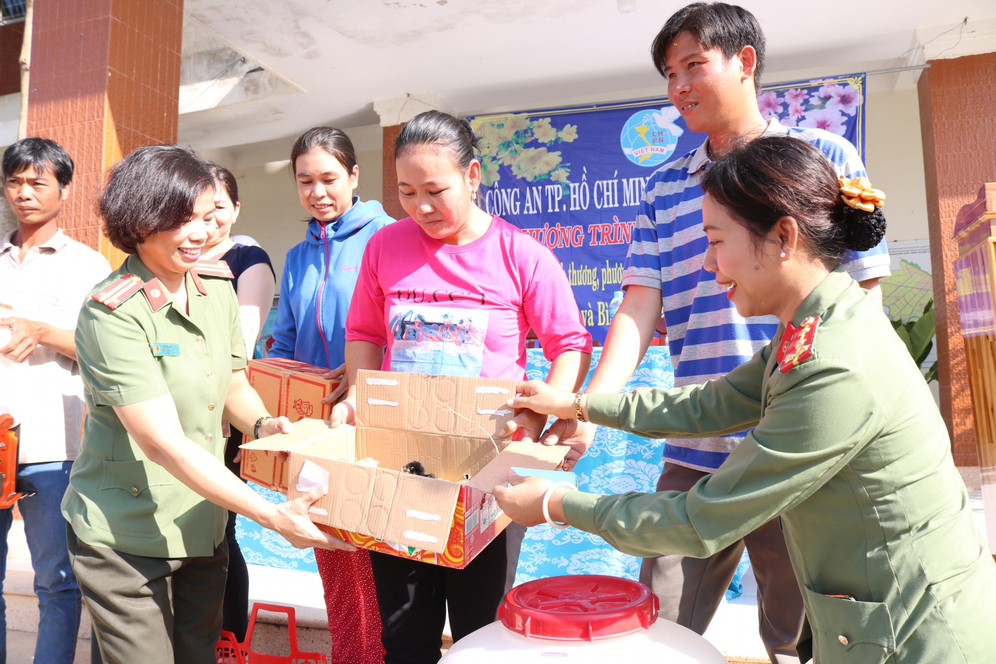 Trao các gói hỗ trợ làm ăn cho phụ nữ, dân phòng xung kích ở Mộc Hóa.