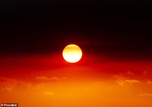 Khói bụi và màu lửa rực cháy từ đám cháy rừng đã tạo ra ảo ảnh về lá cờ thổ dân trên bầu trời nam Úc. Ảnh: Rose Fletcher